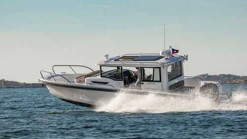 Außenbord-Konsolenboot / Innenborder / mit geschlossenem Cockpit / Sportfischer