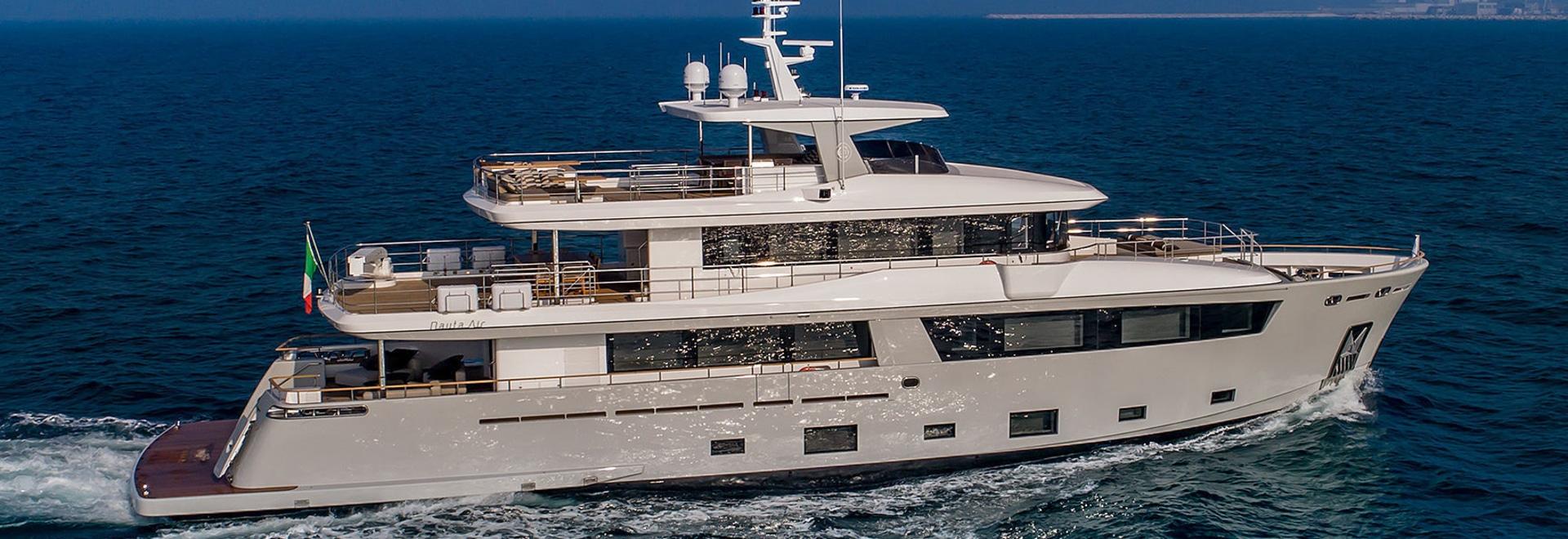 Erster Blick: An Bord der 33m Mimi La Sardine, wie sie für Charter sich vorbereitet