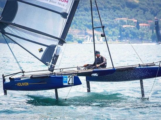Das Voilavion hat 4 t-Folien für mehr Stabilität und Steuerung über dem Boot und einen Mast, der 35° für einen anhebenden Effekt kippt.