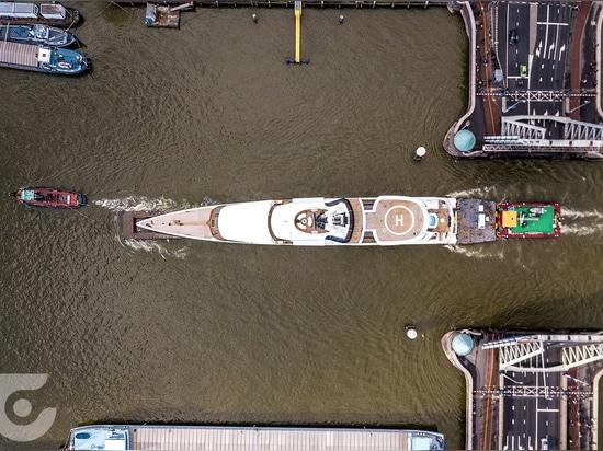 Feadship transportiert 93m Dame S durch die Niederlande