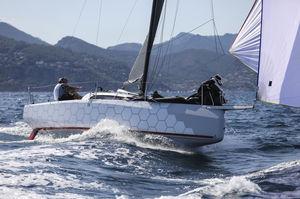 Fahrtensegelboot / Regatta / mit offenem Heck / Decksalon
