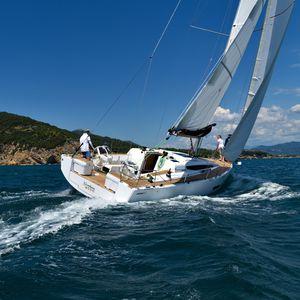 Segelboot für sportliches Fahrtensegeln / mit offenem Heck / 3 Kabinen / Doppel-Ruder
