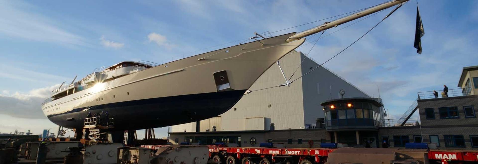 Der 90 Meter lange Schoner Athena tritt nach dem Umbau glänzend aus Royal Huisman hervor