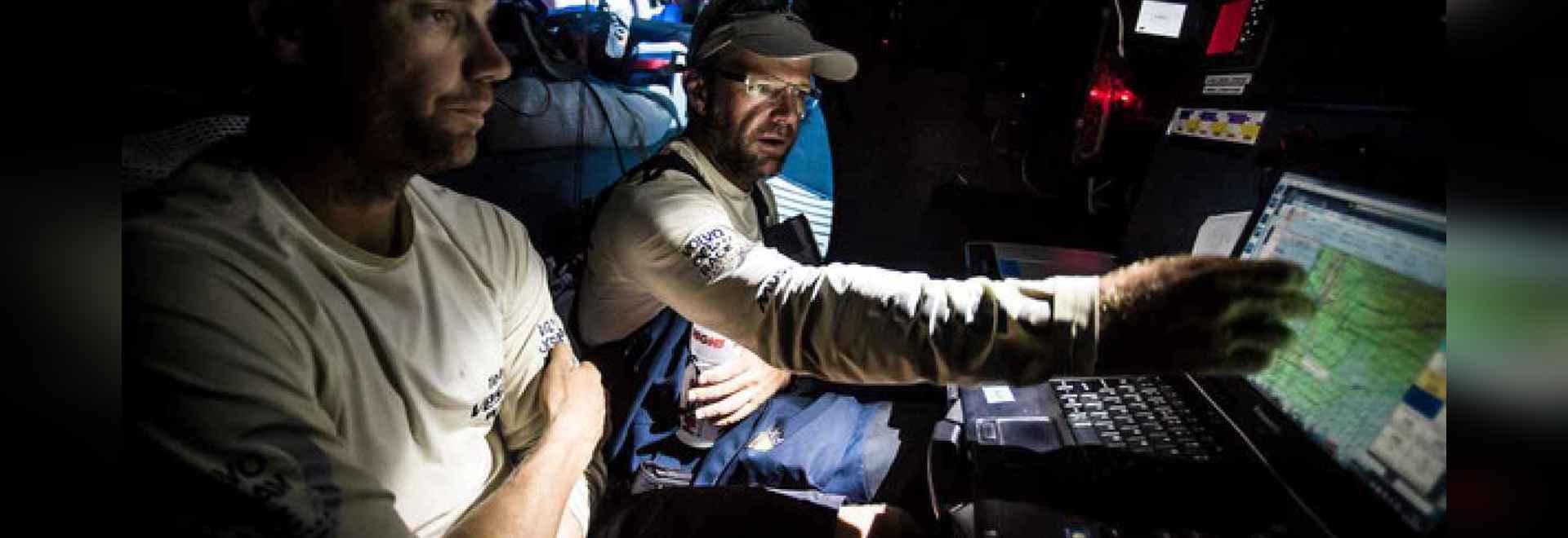 Bordmannschaft Vestas Wind, Chris Nicholson und Wouter Verbraak besprechen Taktiken während Beines 1.