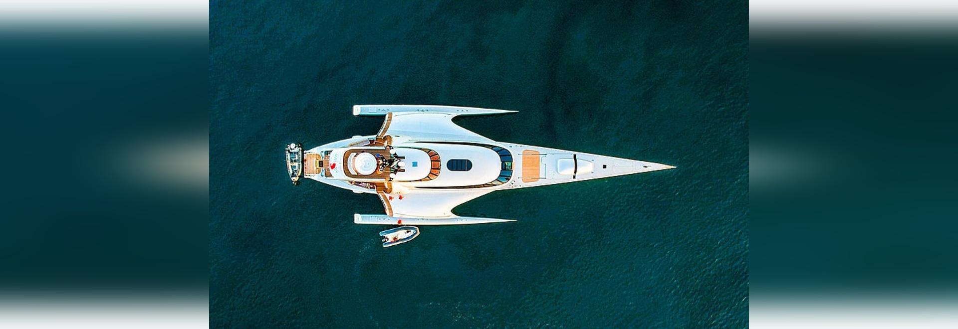 Die Trimaran-Superyacht Galaxy of Happiness in Sardinien