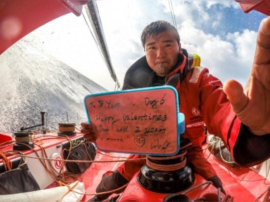 Neue Erfahrungen: 4 chinesische Seeleute ihren ersten Geschmack des Offshorelebens gegeben. 23 pollywogs wurden shellbacks. 18 Geburtstage feierten in Meer. 2 Danksagungs-Parteien. Viel der Valenti...