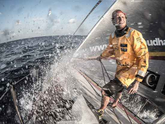 Luke Parkinson wird fertig, ein neues Segel an Bord ADOR als die Windverschiebungen im Golf von Bengalen zu entfalten