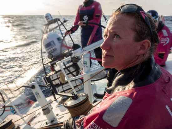 Annie-Stoff überprüft die Ordnung während des starken gegen den Wind Segelns im Golf von Bengalen.
