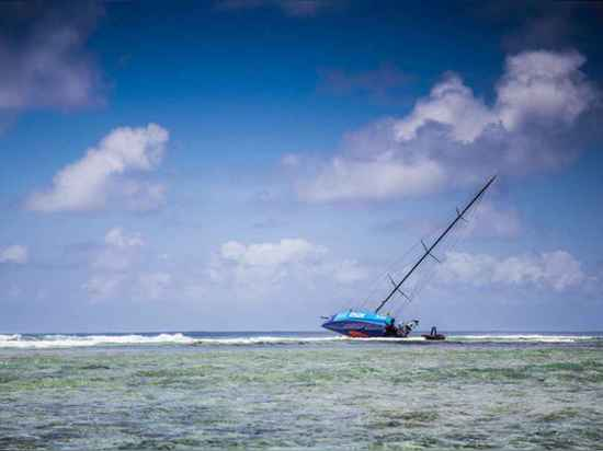 Eine Mannschaft, einschließlich Überspringvorrichtung Chris Nicholson und Ufer-Manager, Niel Cox, kommt zum Aufstellungsort des Schiffswracks zurück, um einen Plan zu bilden, um zu retten, was vom ...