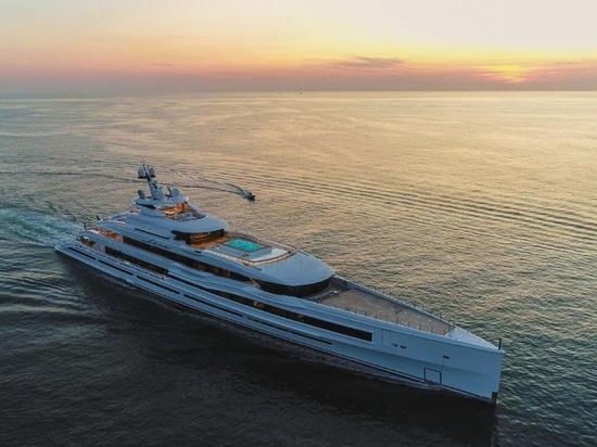 Benetti liefert 107m Giga-Yacht, FB277 M/Y 'LANA'