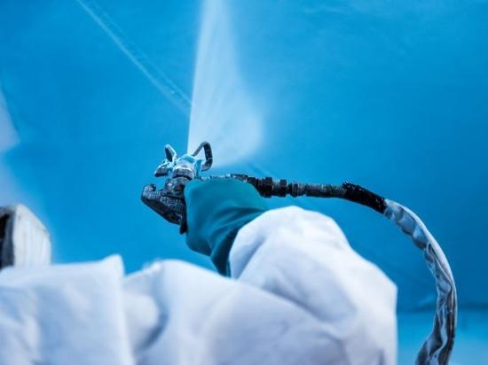 Pinmar beginnt mit der probeweisen Anwendung von Awlgrip-Spritzspachtel