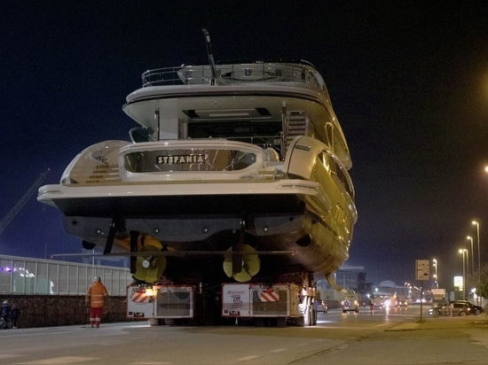 Golden Dynamiq GTT 135 Superyacht Stefania zu Wasser gelassen
