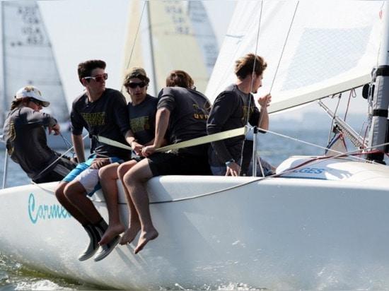 Die Universität der Vermont-Segelnmannschaft schickte ein Kontingent zum Regatta zum Segel in der korinthischen Kategorie, 28. Gesamtes des Vollendens.