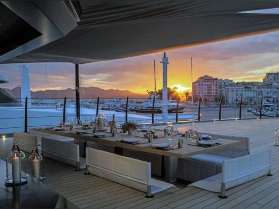 Die anhebenden Tabellen der oberen Plattform sind ein großer Punkt für ein geschütztes Sonnenuntergangabendessen